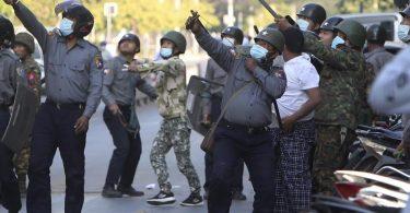 Ein Polizist schießt in Mandalay mit einer Steinschleuder. Foto: Uncredited/AP/dpa