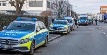 Die Polizei ist in dem Industriegebiet in Neckarsulm mit einem Großaufgebot im Einsatz. Foto: Simon Adomat/dpa