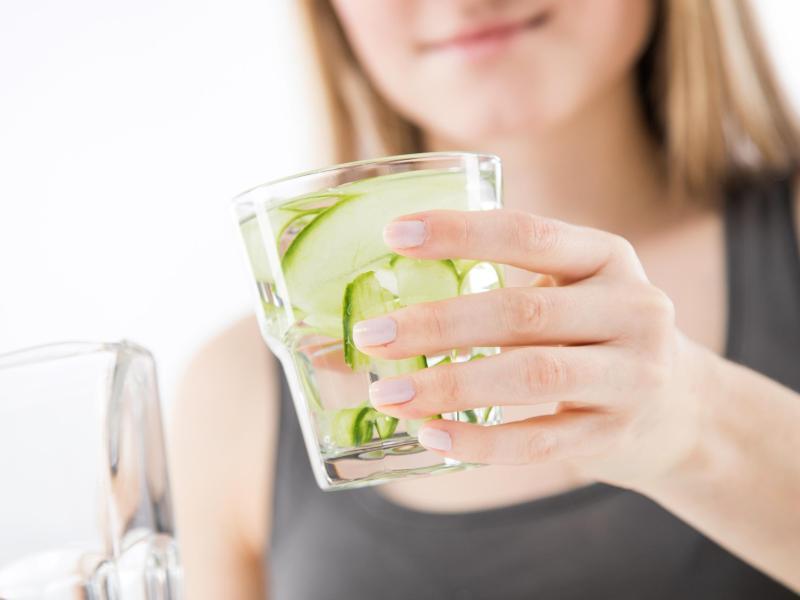 Schön frisch mit Gurke: Klein geschnittenes Gemüse oder Obst gibt Wasser einen Geschmackskick. Foto: Christin Klose/dpa-tmn