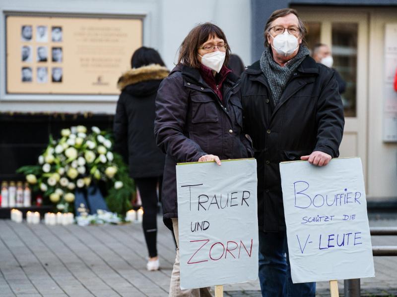 Zwei Demonstranten am Heumarkt, in der Nähe eines der Tatorte in Hanau. Foto: Andreas Arnold/dpa