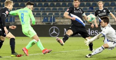 Renato Steffen (2.vl) war Wolfsburgs Matchwinner in Bielefeld. Foto: Friso Gentsch/dpa