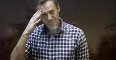 Alexej Nawalny steht hinter Glas im Gerichtssaal. Foto: Alexander Zemlianichenko/AP/dpa