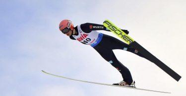 Das deutsche Skisprung-Mixed-Team um Karl Geiger kam in Rumänien auf Rang fünf. Foto: Raed Krishan/AP/dpa