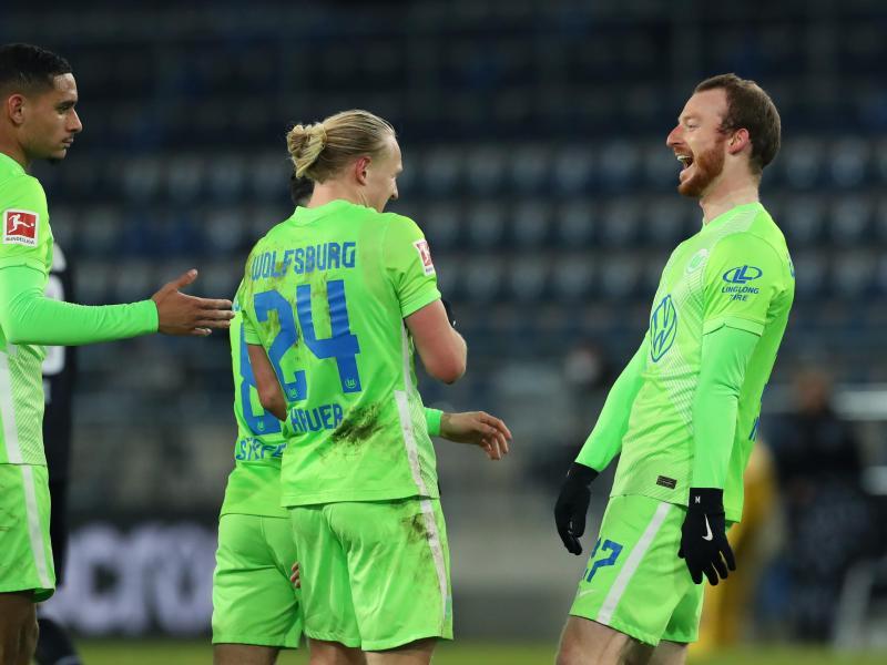 Der Wolfsburger Maximilian Arnold (r) bejubelt seinen Treffer zum 3:0 in Bielefeld. Foto: Friso Gentsch/dpa