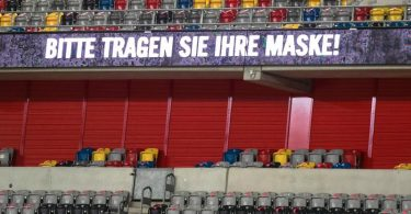 Appell ans Maskentragen bei einem Spiel der 2. Fußball-Bundesliga inDüsseldorf. Foto: Bernd Thissen/dpa