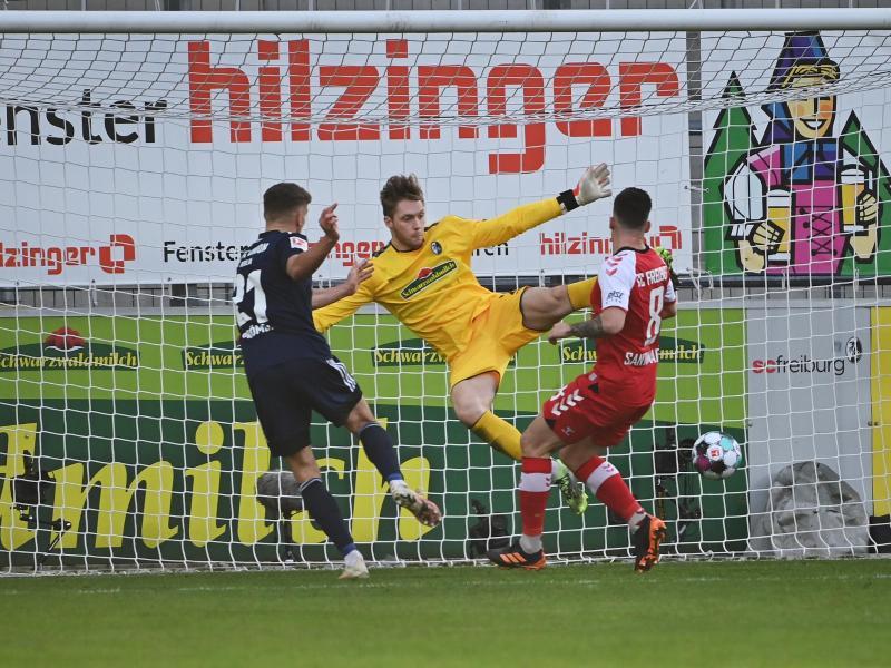Unions Grischa Prömel (l) macht das Tor zum 0:1 - Freiburgs Torwart Florian Müller (M) kann den Ball nicht parieren. Foto: Sebastian Gollnow/dpa