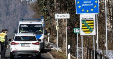 Deutsche Polizeibeamte kontrollieren ein Fahrzeug am tschechisch-deutschen Grenzübergang Petrovice/Bahratal im Erzgebirge. Foto: Ondøej Hájek/CTK/dpa
