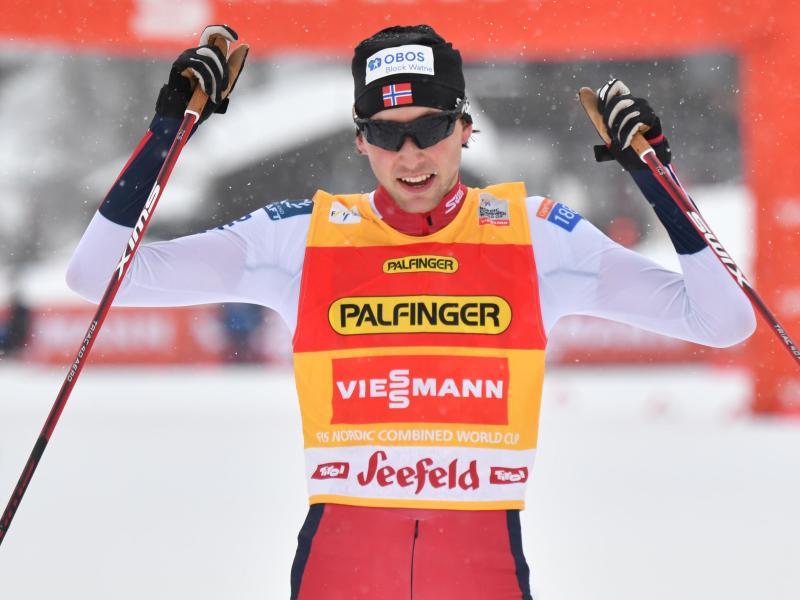 Jarl Magnus Riiber aus Norwegen ist wie schon im vergangenen Jahr der überragende Mann in der Nordischen Kombination. Foto: Barbara Gindl/APA/dpa