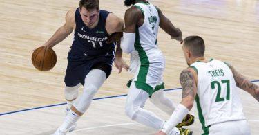 Führte die Dallas Mavericks zum Sieg gegen die Boston Celtics:Luka Doncic (l). Foto: Sam Hodde/AP/dpa