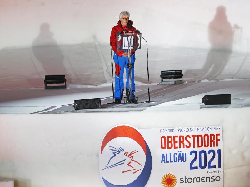 Der Präsident des Deutschen Skiverbandes, Franz Steinle, redet zu Beginn der Eröffnungsfeier. Foto: Daniel Karmann/dpa