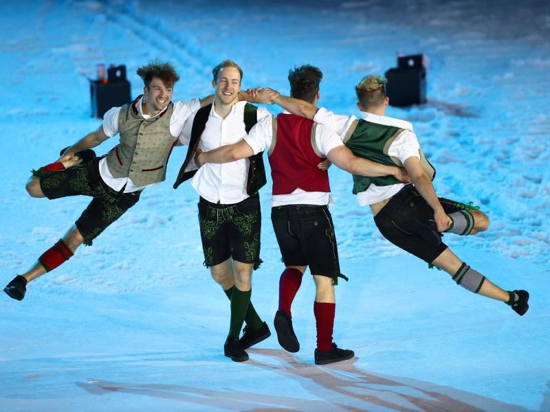 Die DDC Breakdancer zeigen in Lederhosen und Tracht ihr tänzerisches Können. Foto: Daniel Karmann/dpa