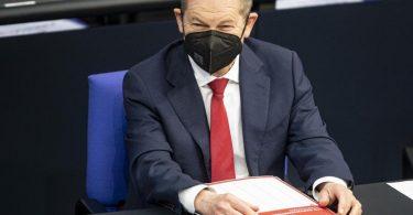 Bundesfinanzminister Olaf Scholz verfolgt die Debatte im Bundestag. Foto: Fabian Sommer/dpa