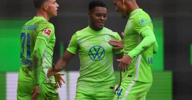 Wolfsburgs Yannick Gerhardt (l-r), Ridle Baku und Maxence Lacroix jubeln nach dem 1:0 ihrer Mannschaft. Foto: Swen Pförtner/dpa