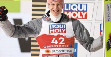 Geiger jubelt auf dem Podium über den zweiten Platz. Foto: Daniel Karmann/dpa