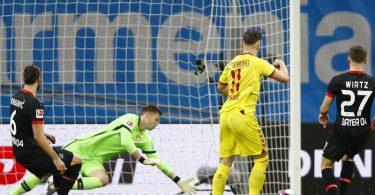 Freiburgs Ermedin Demirovic (2.vr) erzielt das Tor zum 1:0 gegen Leverkusens Torwart Lennart Grill. Foto: Thilo Schmuelgen/Reuters/Pool/dpa