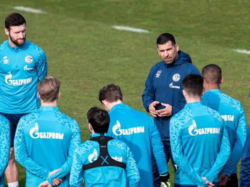 Dimitrios Grammozis (M), neuer Trainer des FC Schalke 04, richtet sich beim ersten Training in Gelsenkirchen an die Mannschaft. Foto: Fabian Strauch/dpa