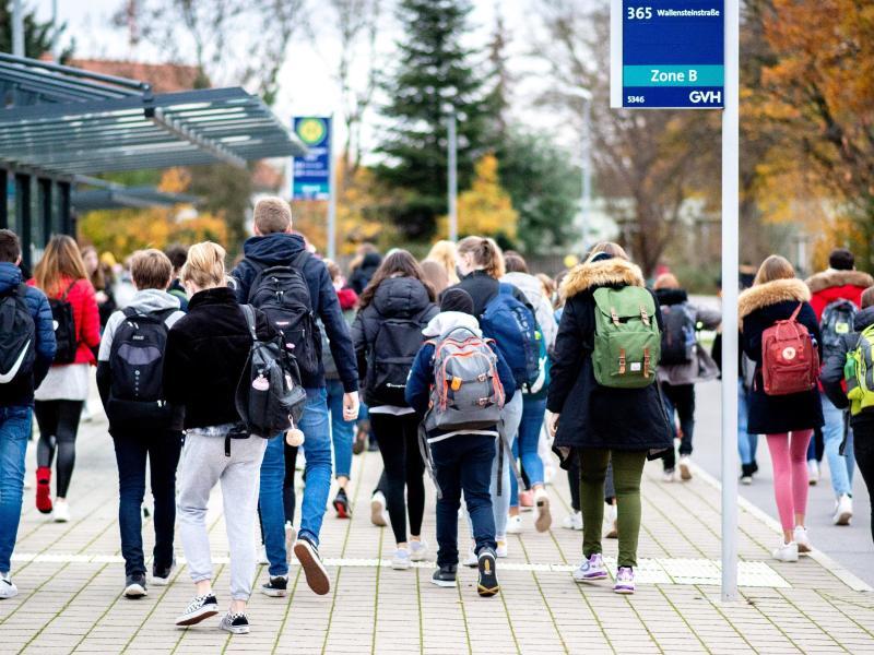 Alle Schüler sollen noch im März wieder zur Schule gehen. Foto: Hauke-Christian Dittrich/dpa