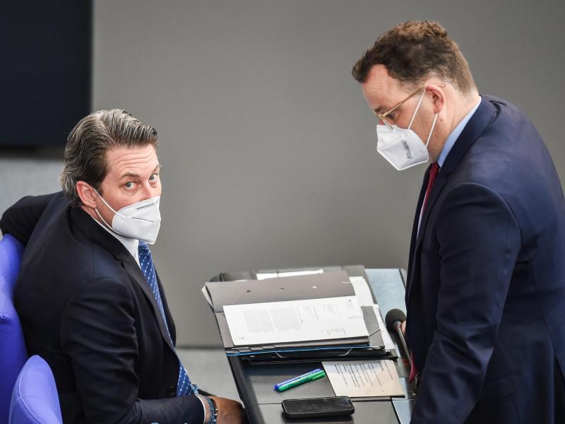 Andreas Scheuer (CSU, l), Bundesverkehrsminister, und Jens Spahn (CDU), Bundesgesundheitsminister, im Plenarsaal des Deutschen Bundestags. Foto: Kira Hofmann/dpa-Zentralbild/dpa