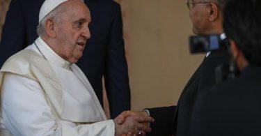 Der irakische Staatschef Barham Salih (r) empfängt Papst Franziskus im Präsidentenpalast. Foto: Ameer Al Mohammedaw/dpa