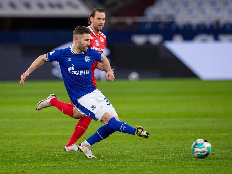 Schalkes Shkodran Mustafi (l) kommt vom Mainzer Adam Szalai bedrängt zum Schuss. Foto: Guido Kirchner/dpa