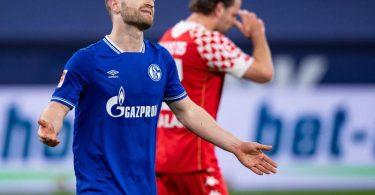 Schalkes Shkodran Mustafi (l) hadert mit einer vergebenen Torchance. Foto: Guido Kirchner/dpa