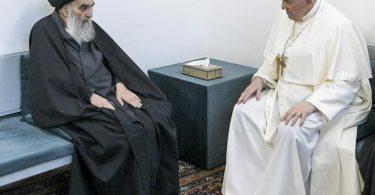 Papst Franziskus (r) unterhält sich bei seinem Besuch in Najaf mit dem Großajatollah Ali al-Sistani. Foto: Vatican Media/AP/Vatican media/dpa