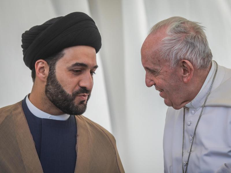 Papst Franziskus im Gespräch mit einem irakischen Geistlichen. Foto: Ameer Al Mohammedaw/dpa