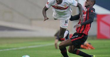 Frankfurts Abwehrspieler Evan Ndicka (r) trennt Stuttgarts Stürmer Silas Wamangituka vom Ball. Foto: Thomas Frey/dpa