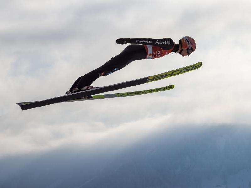 Karl Geiger gelangen Sprünge über 133,5 und 136 Meter. Foto: Daniel Karmann/dpa