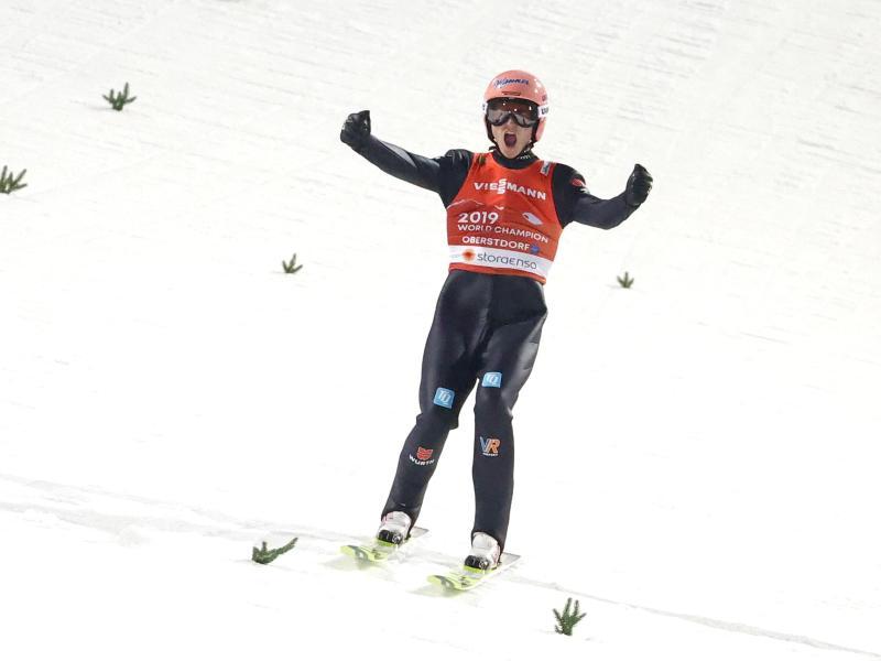 Schlussspringer Karl Geiger jubelt über seinen Sprung. Foto: Daniel Karmann/dpa