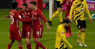 Bayern-Stürmer Robert Lewandowski (M) jubelt mit den Mannschaftskameraden Kingsley Coman (l) und Leon Goretzka über seinen Treffer zum zwischenzeitlichen 2:2. Foto: Günther Schiffmann/AFP-POOL/dpa