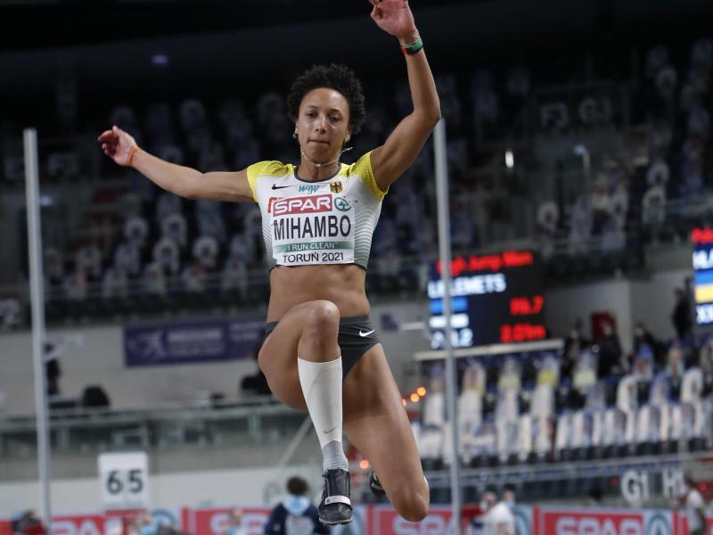 Malaiko Mihambo sprang bei der Hallen-EM mit 6,88 Metern zu der Silbermedaille. Foto: Darko Vojinovic/AP/dpa