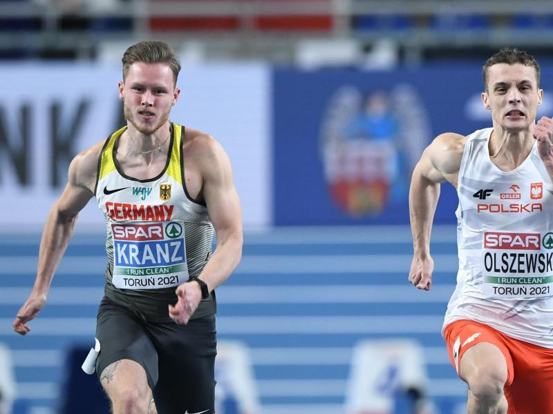 Kevin Kranz (l) hat bei der Hallen-Leichtathletik-Europameisterschaft über 60 Meter die Silbermedaille gewonnen. Foto: Adam Warzawa/PAP/dpa