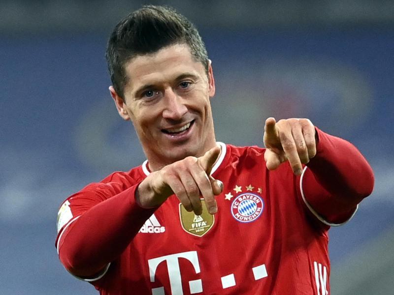 Knipste im Topspiel gegen den BVB dreifach: Münchens Stürmer Robert Lewandowski jubelt über seinen Treffer zum 4:2. Foto: Sven Hoppe/dpa-POOL/dpa