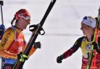 Denise Herrmann (l) gratuliert Tiril Eckhoff zum Sieg. Foto: Luboš Pavlíèek/CTK/dpa