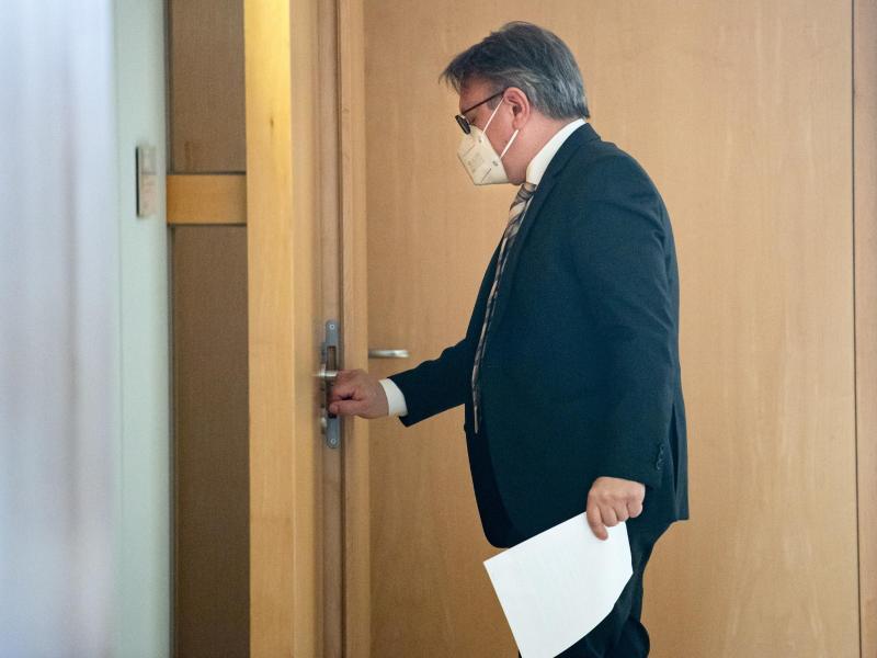 Georg Nüßlein (CSU) geht über einen Flur zu seinem Bundestagsbüro, während dieses durchsucht wird. Der Bundestag hat die Immunität des CSU-Abgeordneten Nüßlein aufgehoben und damit den Vollzug gerichtlicher Durchsuchungs- und Beschlagnahmebeschlüsse genehmigt. Foto: Bernd von Jutrczenka/dpa