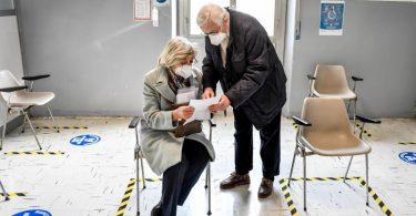 Ältere Menschen warten im Militärkrankenhaus von Baggio nahe Mailand auf eine Covid-19-Impfung. Foto: Claudio Furlan/LaPresse via ZUMA Press/dpa