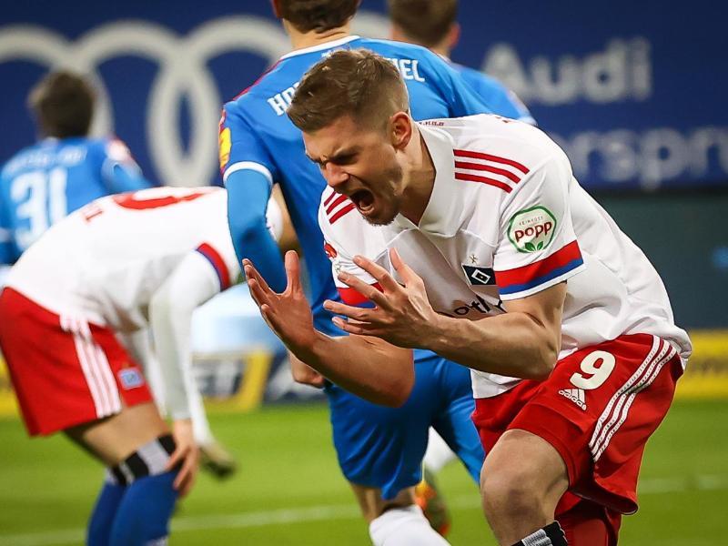 Torjäger Simon Terodde rettete dem HSV einen Punkt gegen Holstein Kiel. Foto: Christian Charisius/dpa
