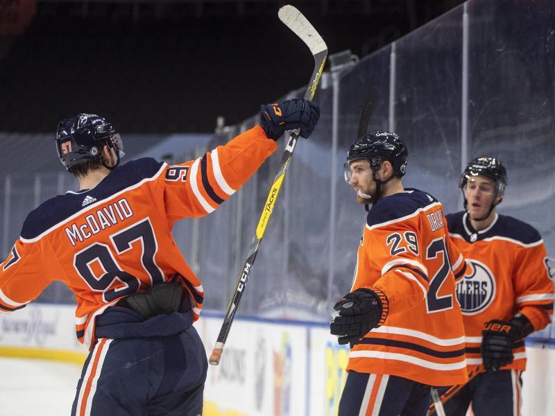 Leon Draisaitl (M.) traf für seine Oilers. Foto: Jason Franson/The Canadian Press/AP/dpa