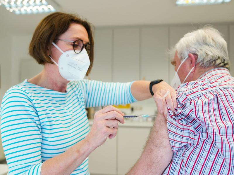 Eine Hausärztin verabreicht in Naila einem Patienten eine Impfung gegen Covid-19. Foto: Nicolas Armer/dpa