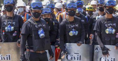 Anti-Coup-Demonstranten mit behelfsmäßigen Schilden beziehen bei einem Protest gegen den Putsch der Militärjunta Stellung. Foto: Uncredited/AP/dpa