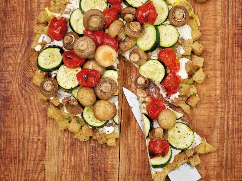 Für den Boden dieser Torte kann man prima Brot vom Vortag verwenden. Saftig wird das Ganze durch Crème Fraîche und Gemüse aus dem Ofen. Foto: Barbara Bonisolli/Gräfe und Unzer/dpa-tmn