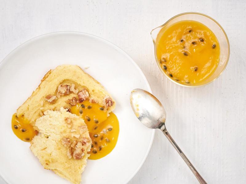 Der Grießauflauf wird schnell im Ofen gebacken. Schön süß wird das Ganze mit einer Soße aus pürierter Mango und Maracuja. Foto: Barbara Bonisolli/Gräfe und Unzer/dpa-tmn
