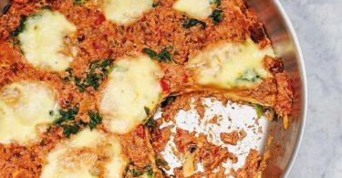 Pfanne statt Backform funktioniert bei einer Lasagne genauso gut: Die Nudelplatten werden dafür auf die fertig gekochte Soße geschichtet. Foto: Barbara Bonisolli/Gräfe und Unzer/dpa-tmn