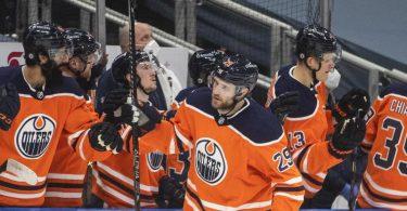 Leon Draisaitl (M) erzielte einen Hattrick für die Oilers. Foto: Jason Franson/The Canadian Press/AP/dpa