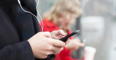 Ein Sinnbild dieser Zeit: Menschen, die auf Smartphones starren. Foto: Christin Klose/dpa-tmn