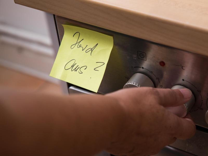 Ein Zettel als Gedächtnisstütze, dass man den Herd ausschaltet: Menschen mit Alzheimer werden unter anderem zunehmend vergesslich. Foto: Christin Klose/dpa-tmn