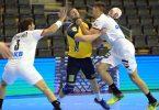 Uwe Gensheimer (l) und Sebastian Heymann (r) dürfen weiter auf die Olympia-Teilnahme mit Deutschlands Handballern hoffen. Foto: Soeren Stache/dpa-Zentralbild/dpa