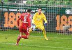 Robert Lewandowski (l) schoss sein insgesamt 268. Bundesliga-Tor. Foto: Carmen Jaspersen/dpa-Pool/dpa