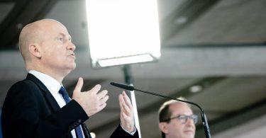 Ralph Brinkhaus (l), Vorsitzender der CDU/CSU-Bundestagsfraktion, und CSU-Landesgruppenchef Alexander Dobrindt. Foto: Kay Nietfeld/dpa